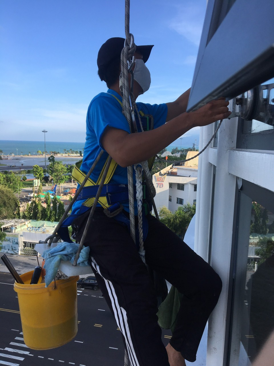 Dịch vụ vệ sinh kính cao tầng